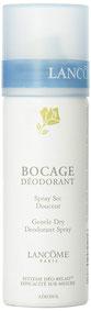 Das zarte Deodorant Trockenspray Douceur Bocage wird mit einer einzigen Geste auf die Haut gesprüht